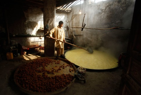Sugar boiling in Pakistan