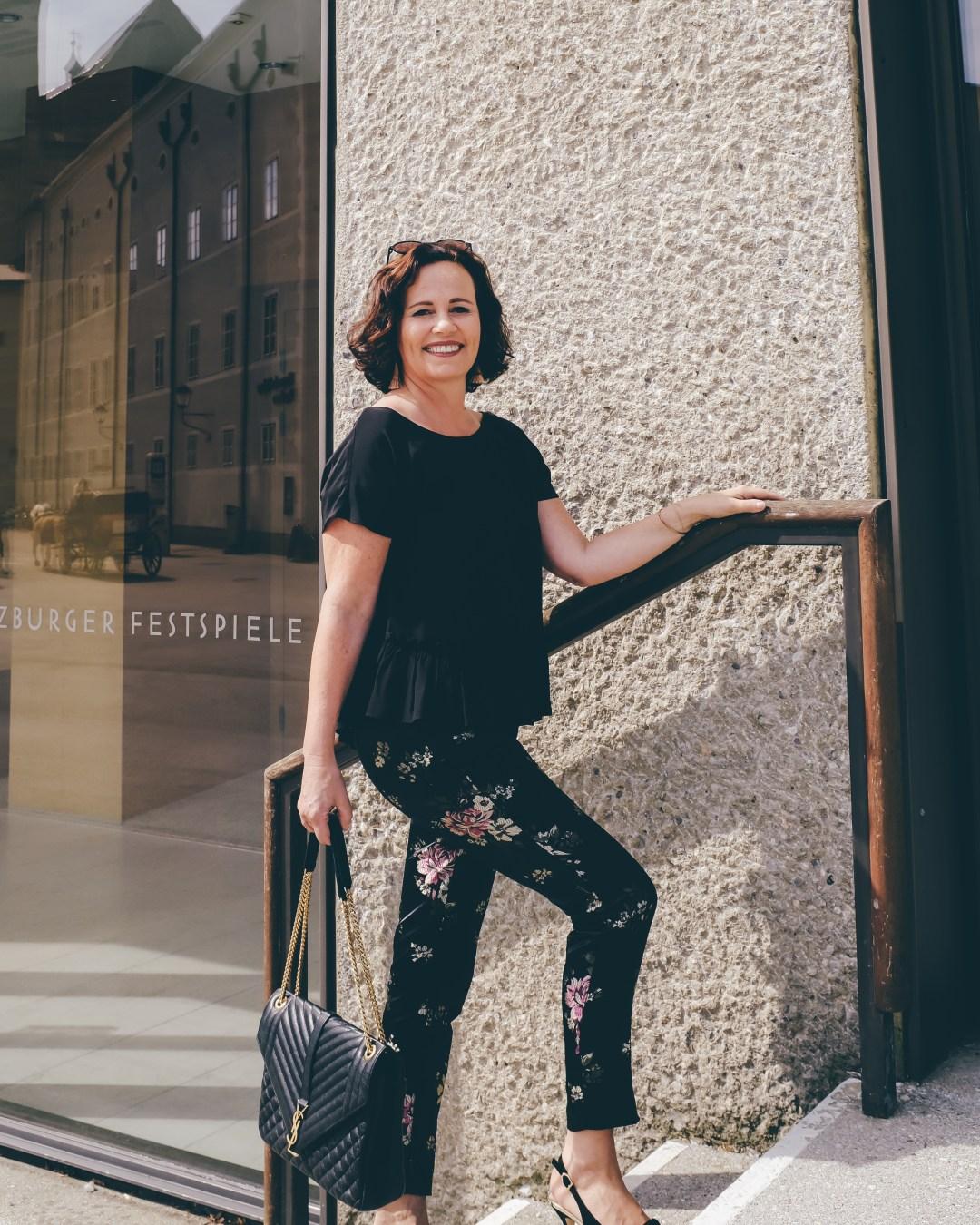 inastil, Ü50Mode, FashionÜ50, Modeberatung, Salzburg, Festspiele, Hose mit Blumenmuster, Seidenshirt, YSL Tasche Envelope, Slingback Pumps, elegant, Sale-8
