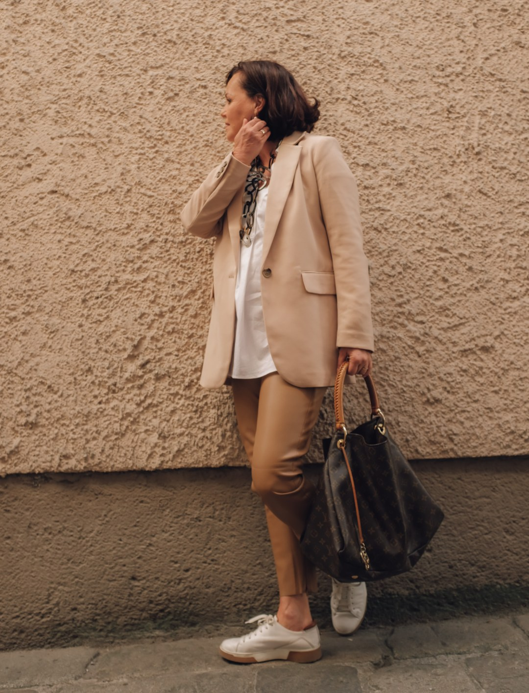 Inastil, Blazer, Lederhose, weiße Bluse, weiße Sneaker, Classystyle, Stilberatung, Modeberatung, Frühlingsmode, Ü50Mode, Styleover50, Hallein-4