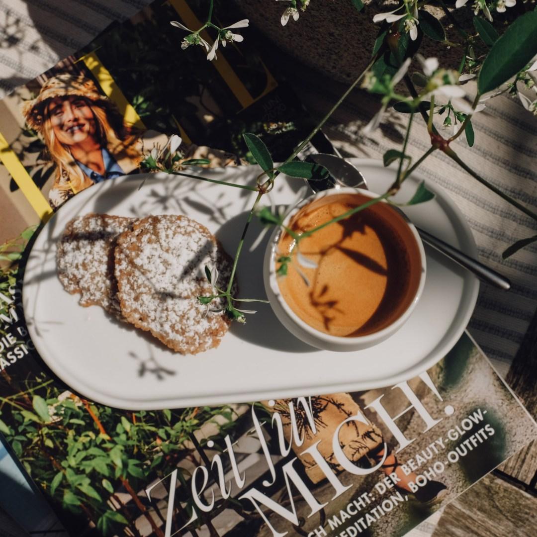 Inastil, Gebäck, Haselnussgebäck, Kaffee, Garten, Gartenteich, Schattenplatz, Freizeit, Kaffeezeit, Süsses,_-10
