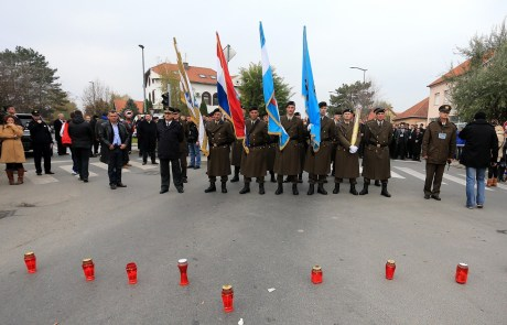 """Vukovar 18 November 2013 - the """"barrier"""" of cemetery lamps on the road which incited the government and president to turn away from the Memorial Cemetery   Photo: Davor Javorovic/Pixsell"""