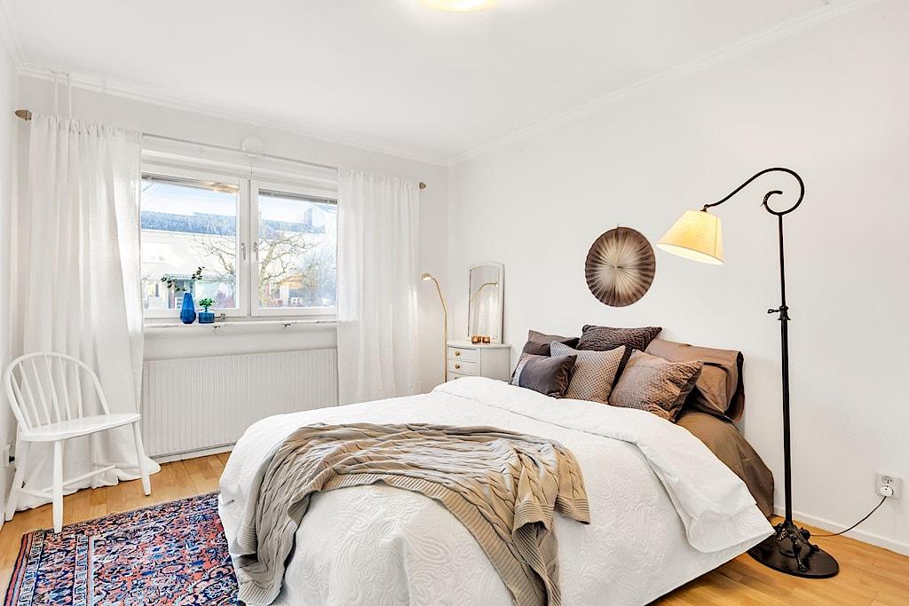 Homestyling av sovrum inför försäljning i samarbete med Skapa Inredning. Fyrspannsvägen 43, Jarlaberg. Vi hjälper dig skapa stämningsfulla rum för att hitta rätt köpare till dig. Och önskar du själv hjälp med inredning till nytt nya boende så ordnar vi det också!