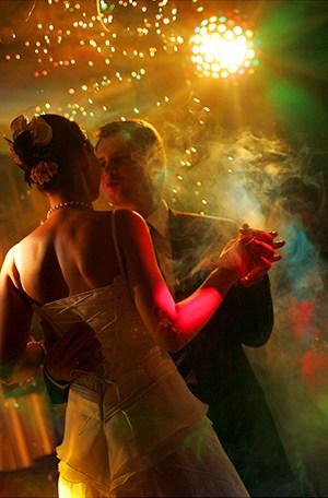 Die Eröffnung des Hochzeitstanzes ist für das Brautpaar ein muß!