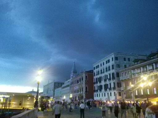 donkere onweerswolken over de boulevard van het St Marco Plein in Venetië