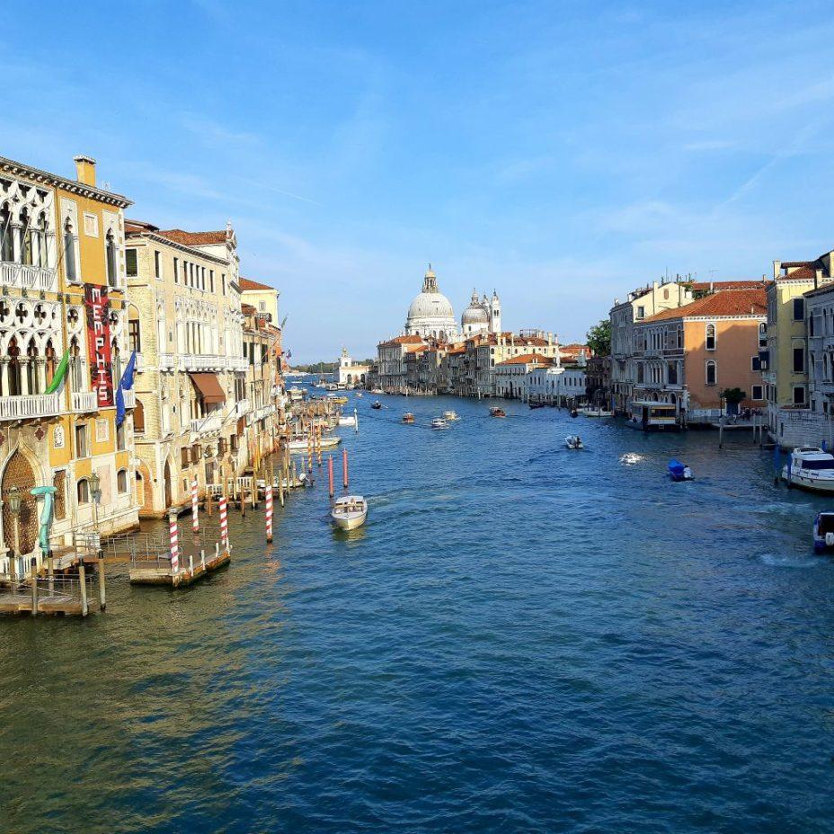 Het uitzicht vanaf de Accademia brug in Venetië