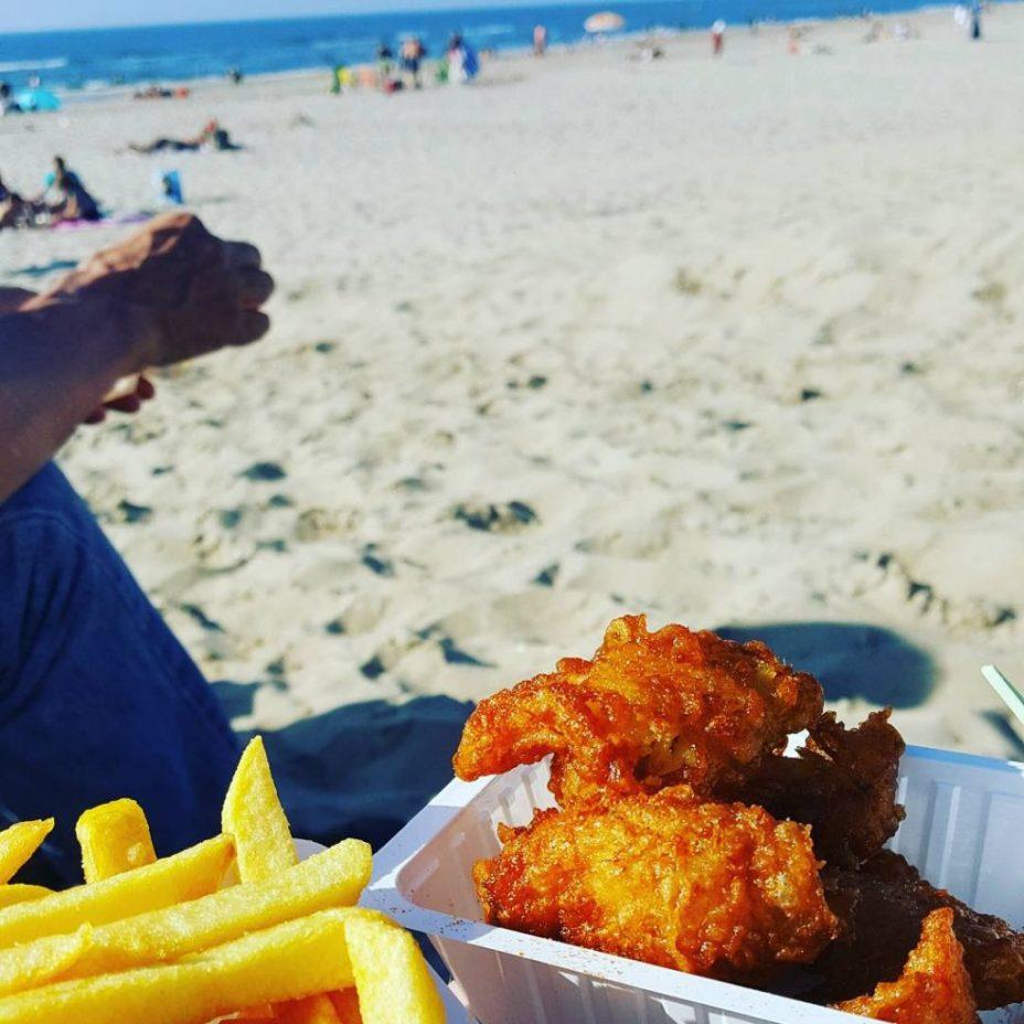 kibbeling en friet op het strand