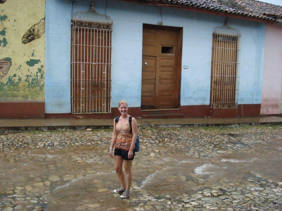 meisje in de regen in Trinidad Cuba