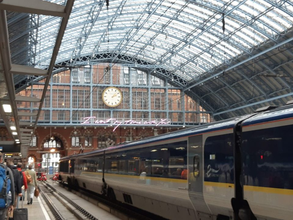 Perron en trein op London St. Pancras International Station