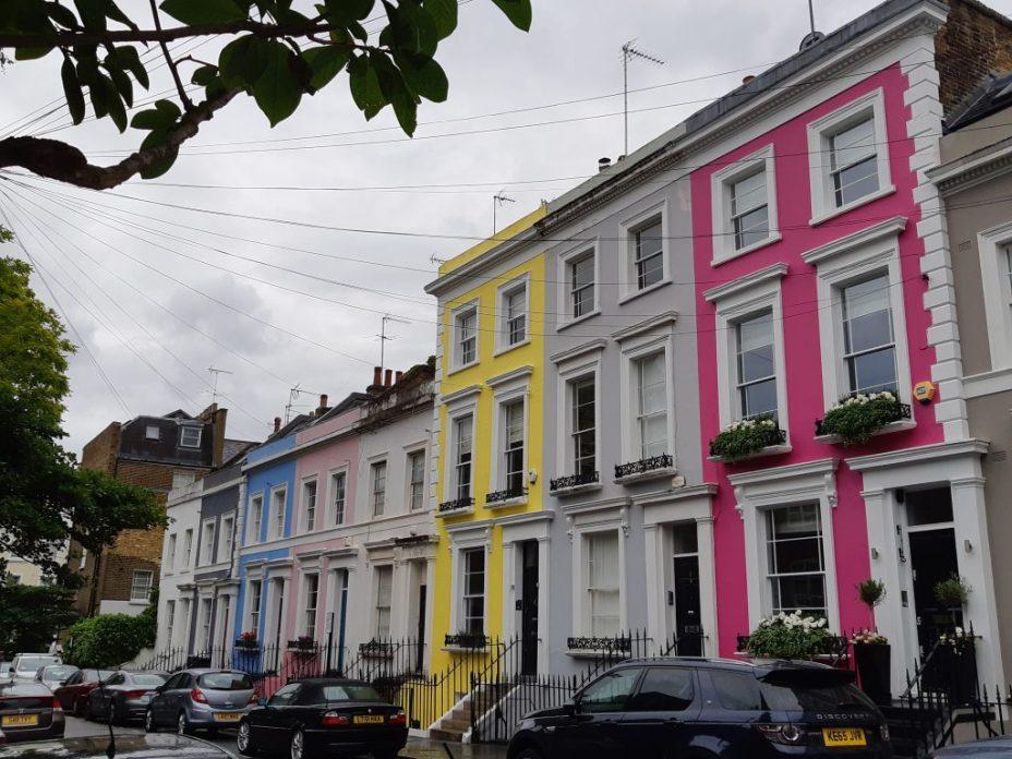 een rij kleurrijke huizen in Notting Hill Londen