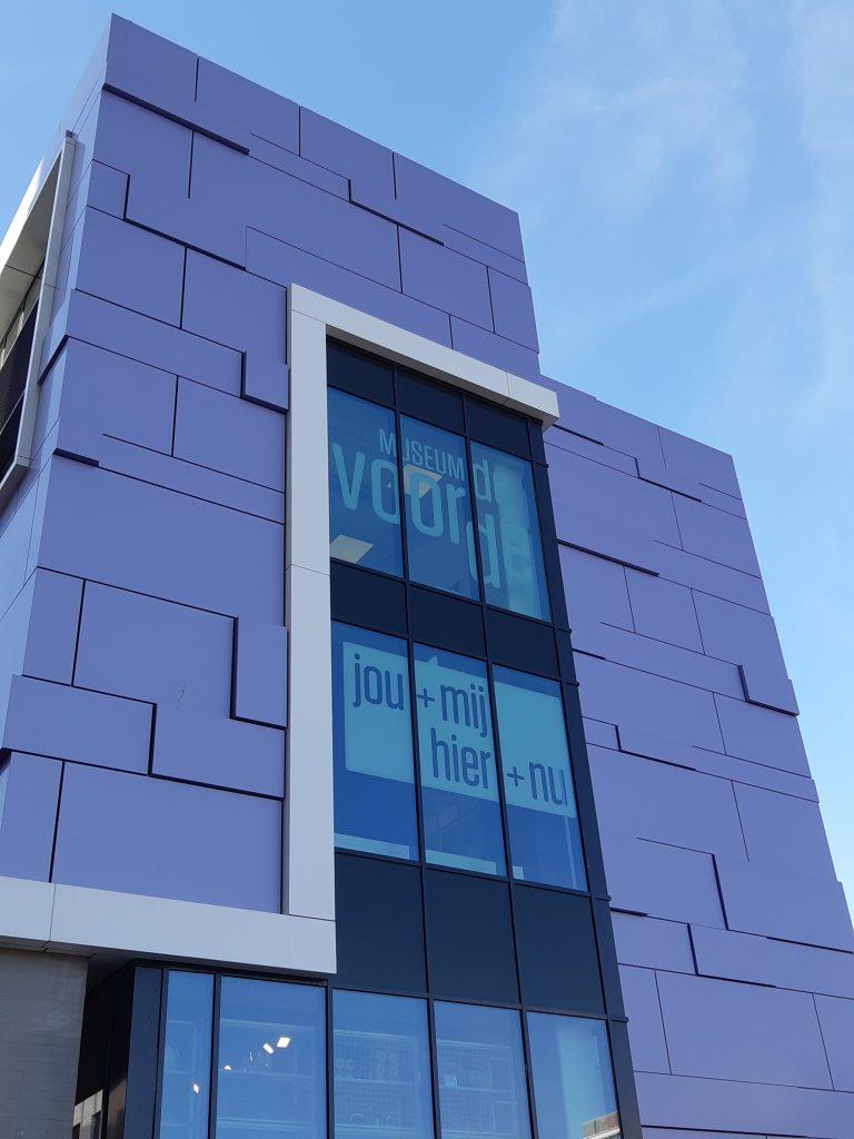 Paarse facade van Museum De Voorde Zoetermeer