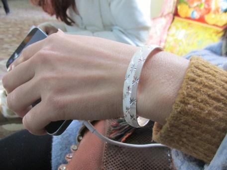 """Por el módico precio de 820 yuanes (más de 100 euros) puedes tener esta preciosa pulsera de """"plata"""" ¡que además es buena para la salud, toma ya qué chollo!"""