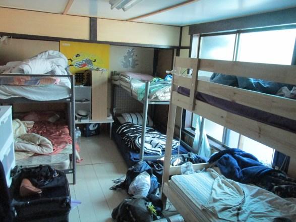 En esta habitación con seis camas es donde he dormido yo.