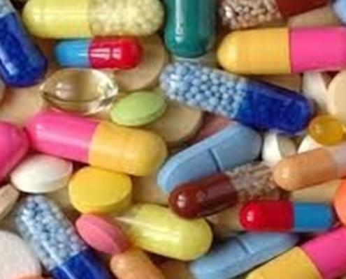 L'immagine evidenzia moltissime pillole, pasticche e compresse di varie grandezze e colori a rappresentare l'argomento dell'articolo: il settore farmaceutico in Europa.