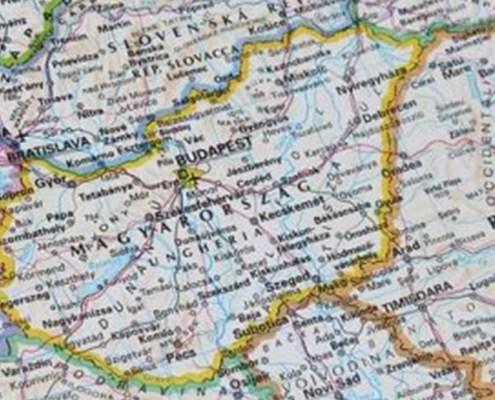 La fotografia evidenzia la mappa dello stato ungherese a rappresentare l'oggetto dell'articolo ed in particolare Budapest Stock Exchange.