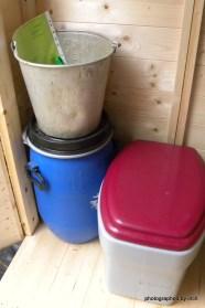 Toilette mit Gebrauchsanweisung und Mulchtonne