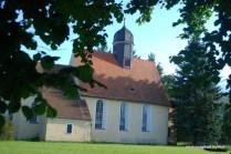 Die Kirche, gleich neben der Schule