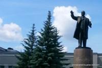 Vorm Bahnhof winkt noch ein Lenin zum Abschied