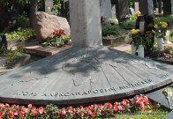 Detail an Igor Moisejews Grab, einem offenbar weltbekannten Tänzer
