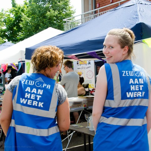 Werknemers Zewopa aan het werk op rommelmarkt.
