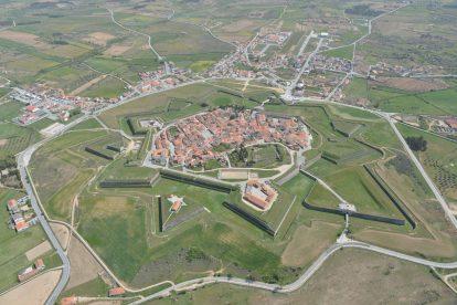 Vista aérea da vila abaluartada de Almeida, conhecida hoje como Estrela do Interior, ponto de paragem do Caminho de Santiago