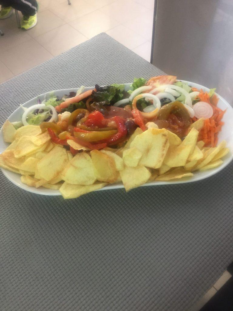 Prato de comida carne com batatas fritas às rodelas do restaurante O Tosco em Braga