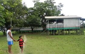 O território Nossa Senhora das Graças sofre a influência das cheias de rios. Moradores constroem casas elevadas do solo.