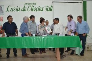 Presidente do Incra entrega RTID ao presidente da comunidade Tiningu
