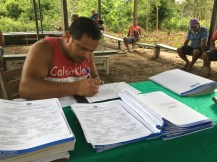 Assentado preenche seus dados pessoais para envio e análise pela Caixa. Crédito: Incra Oeste do Pará/Luís Gustavo