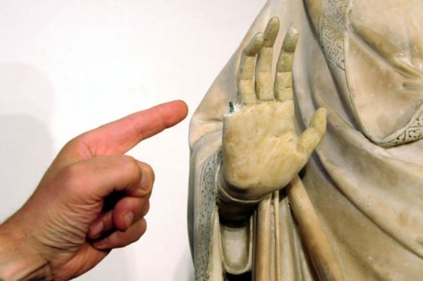 American tourist from Missouri, USA accidently broke off a finger of the sculpture