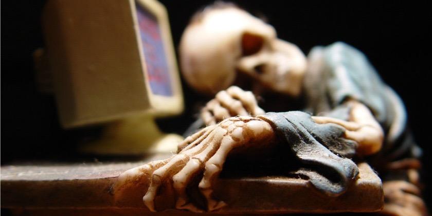 skeleton-using-computer-840x420