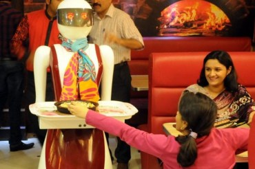 Pizzeria popular waitresses are house-made robot!