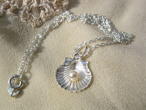 Scallop pearl necklace