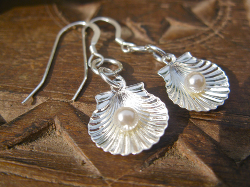 Pearl charm with scallop shell