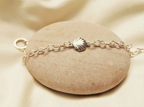 Charm bracelet with Scallop shell