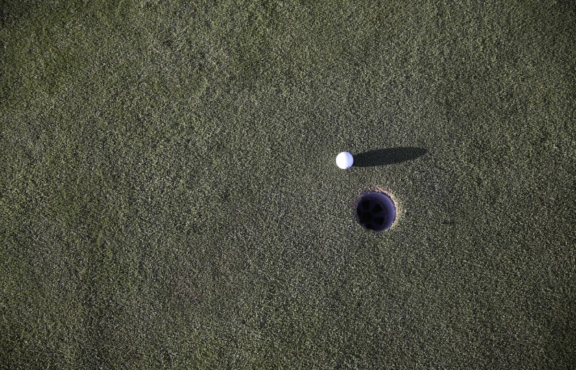 Golf ball putting green