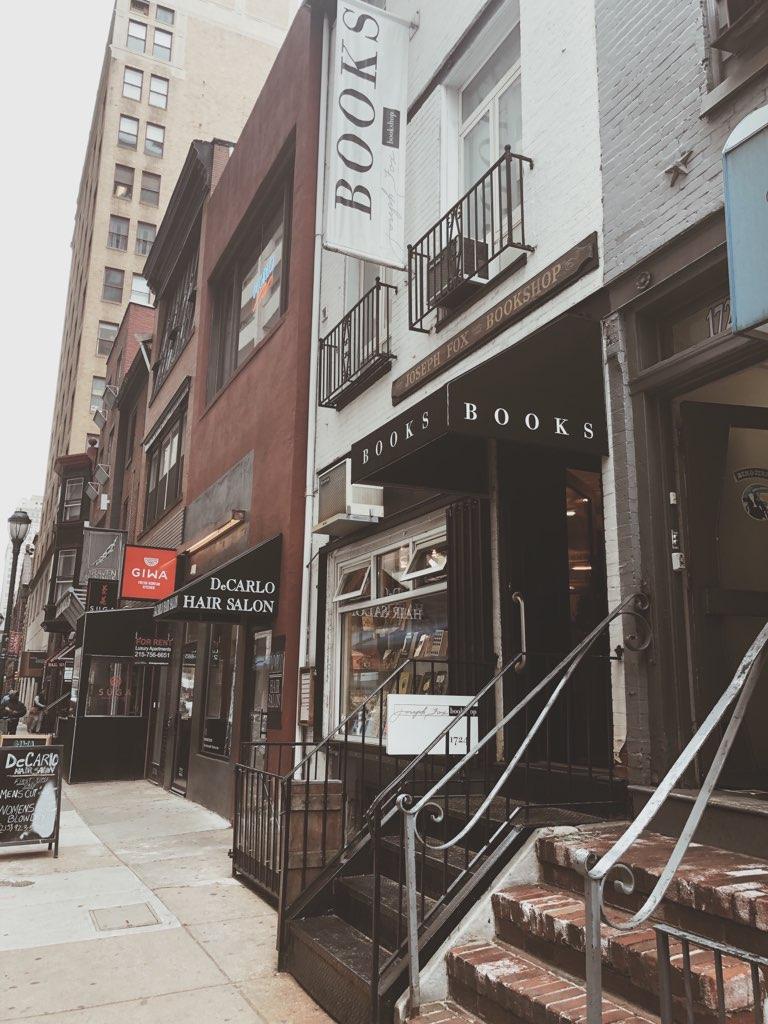 Dies ist ein Foto von der Außenseite des Joseph Fox Bookshop in Center City Philadelphia, aufgenommen von Jaylynn Korrell für Independent Book Review