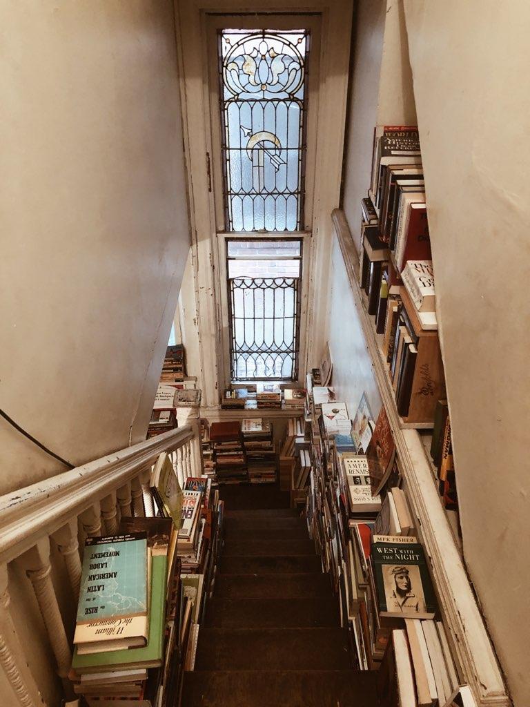 Dies ist ein Originalfoto vom Inneren des House of Our Own, aufgenommen von Jaylynn Korrell für ihren Blogbeitrag auf Independent Book Review, 7 Amazing Bookstores in Philadelphia.