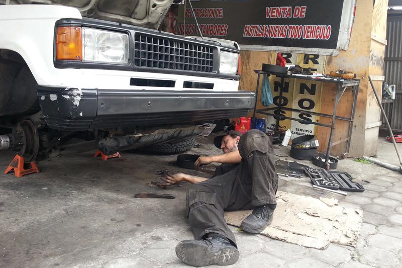 gustavo-arreglando-el-auto