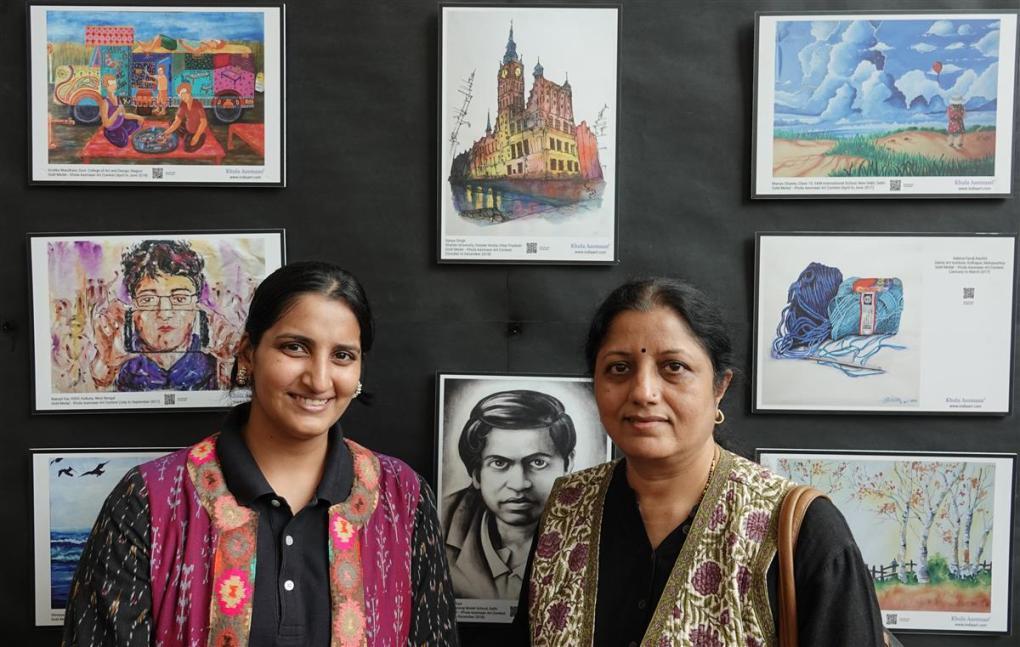 (L to R) Neeraja Dashputre and Chitra Vaidya at Khula Aasmaan exhibition of medal winning artworks