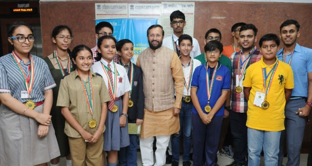 The Union Minister for Human Resource Development, Shri Prakash Javadekar felicitated the award winners of National Science Talents-2017, at a function, in New Delhi on June 14, 2017.(PIB)