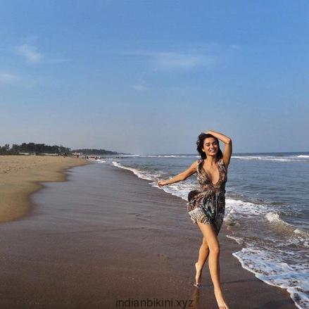 Amy-Jackson-hot-bikini-pics-Robot-2.0