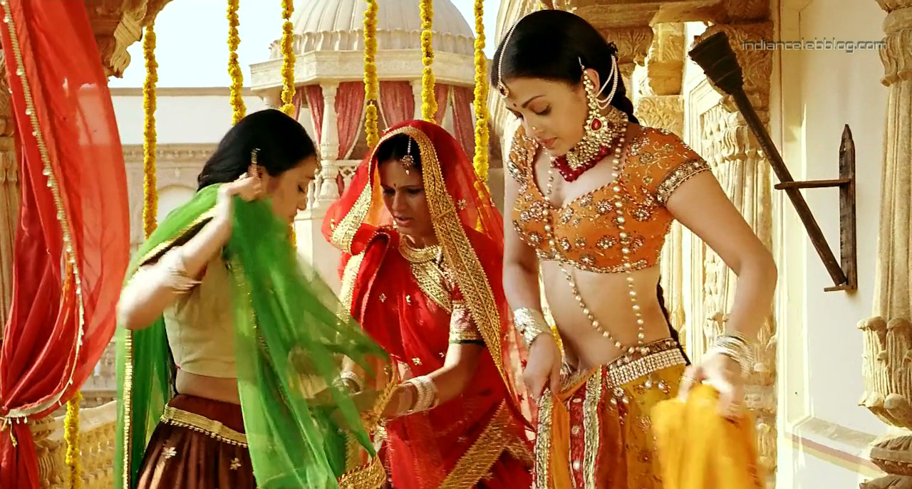 Aishwarya rai hot saree lehenga choli scenes - Video