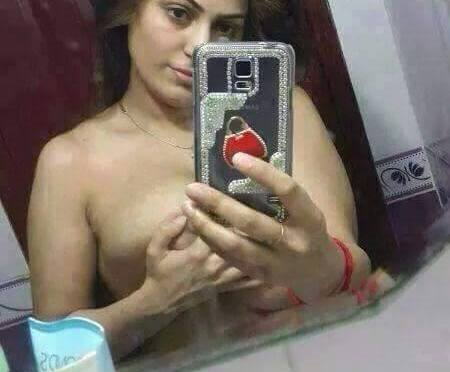 Sexy Arab Wife Topless Selfies Showing Huge Mamme