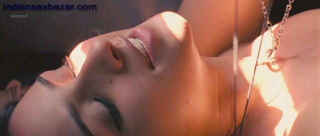 Parineeti Chopra Hot Kiss Sex Scene in Train Photos (5)