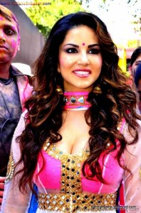 Indian Pornstar Sunny Leone Celebrating Holi See Her Big Boobs VERY SEXY PIC (6)