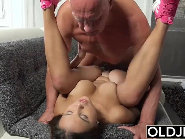 शादी मे बुजुर्ग आदमी से चुदी बुजुर्ग आदमी का बड़ा लंड और मेरी जवान चूत हिंदी सेक्स स्टोरी