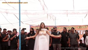 Sapna Choudhary Nude Porn Photos बिना ब्रा पहने सपना चौधरी स्टेज पर डांस करते हुए बोबे साफ दिख रहे है (3)