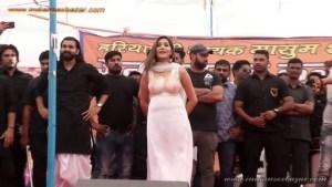 Sapna Choudhary Nude Porn Photos बिना ब्रा पहने सपना चौधरी स्टेज पर डांस करते हुए बोबे साफ दिख रहे है (5)