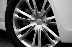 2011-Hyundai-Genesis-Sedan-Wheel-570x378