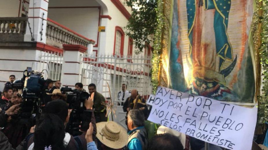 Resultado de imagen para Campesinos de Atenco protestan en oficina de AMLO contra nuevo aeropuerto
